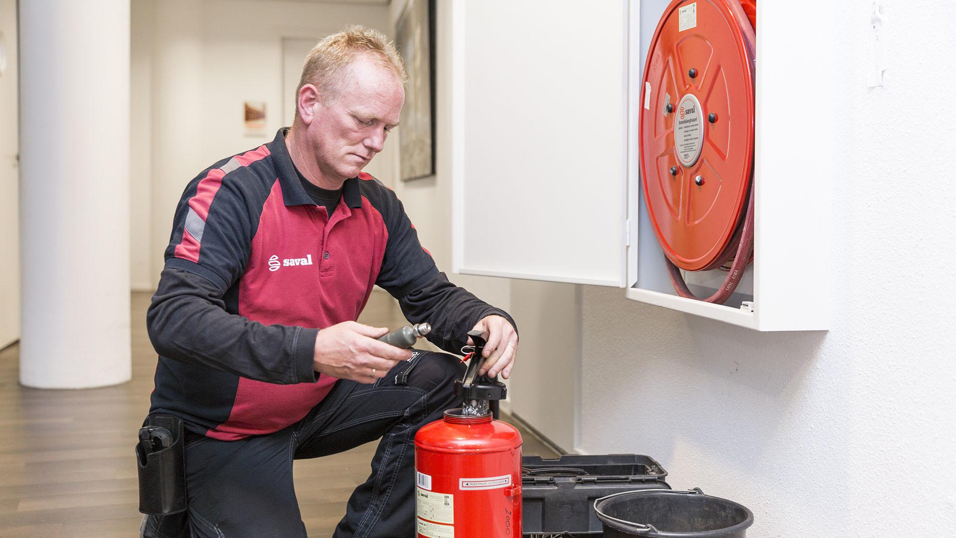 Onderhoud op een brandblusser door onze monteur