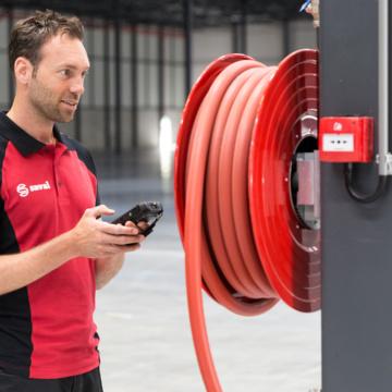 Onderhoud op een brandslanghaspel door onze monteur
