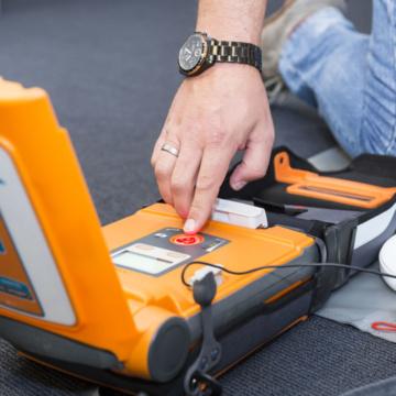 Oproep Rode Kruis: Durf AED te gebruiken, het is niet moeilijk.