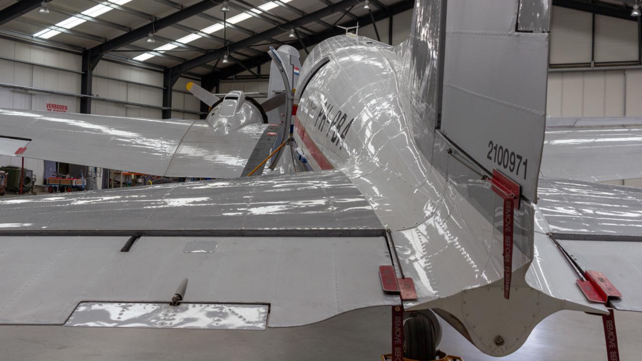 Wheeled CO2 extinguisher for historic DC-3 Dakota aircraft