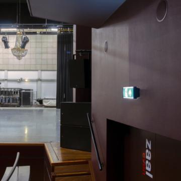 Noodverlichting in zwart blokframe voor theater 10