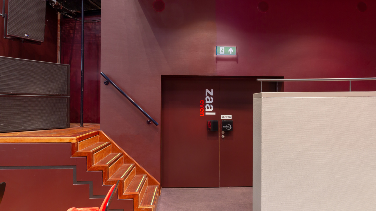 Noodverlichting in zwart blokframe voor theater 12