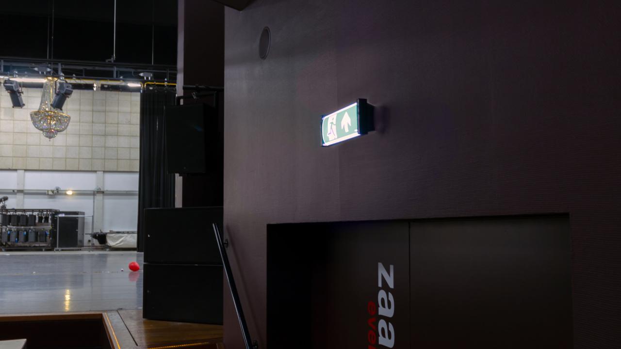 Noodverlichting in zwart blokframe voor theater 7