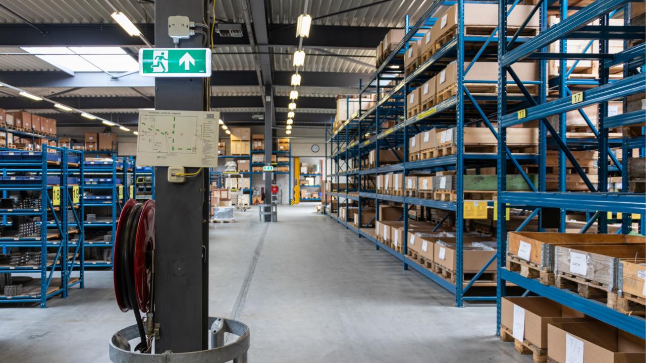 Noodverlichting in logistieke omgeving 8