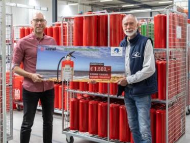 Uitreiking cheque voor Sea First Foundation
