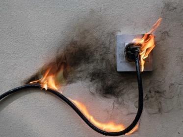 Welke brandblusser is effectief bij onder spanning staande apparatuur?